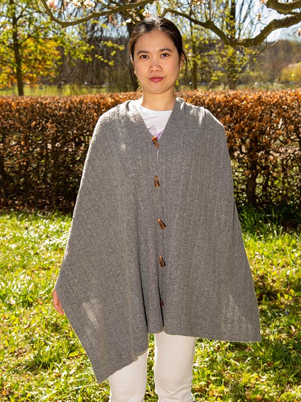 Tørklæde med knapper som symmetrisk poncho